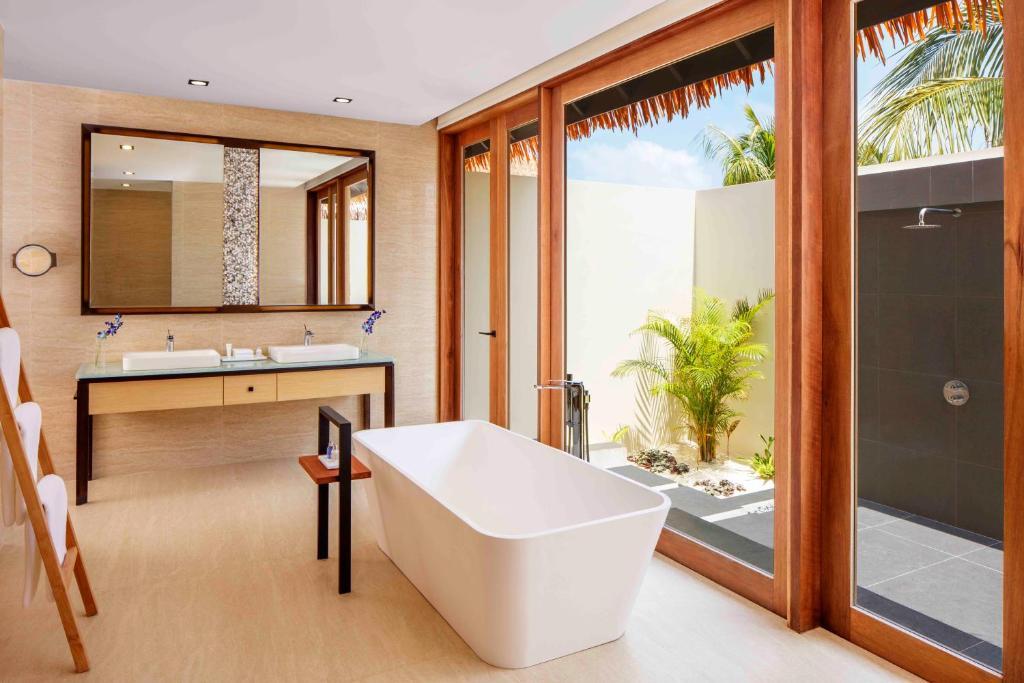 房型内部设施图片参考,如无边泳池与电视及音响, Beach Pool Villa-海滩泳池别墅 maldievs(丽笙度假酒店 Radisson Blu Resort Maldive)