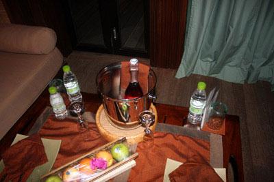 房间内免费提供的水果和香槟